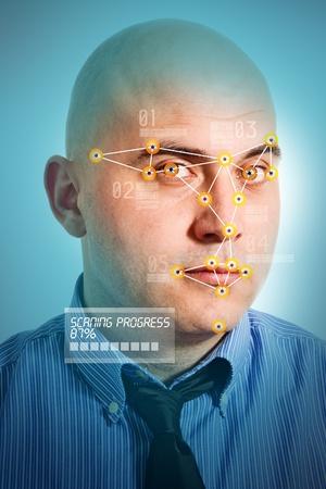 인식: 젊은 성인 대머리 사업가의 얼굴을 인식하는 얼굴 인식 소프트웨어. 스톡 사진