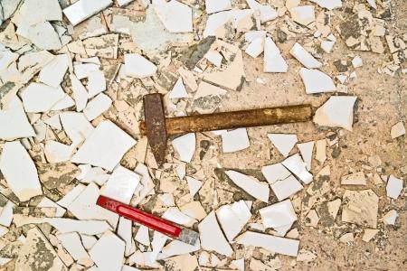 azulejos ceramicos: Hombre que rompe baldosas en el ba?o, redecoraci?n casa