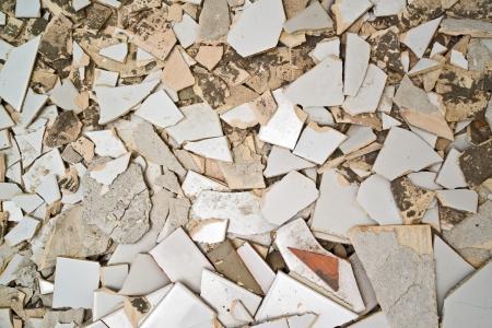 azulejos ceramicos: Hombre que rompe baldosas en el ba�o, redecoraci�n casa.