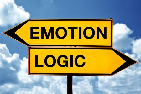 logica: Emoción o lógica, signos opuestos. Dos signos opuestos contra el fondo del cielo azul.