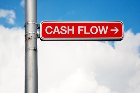flujo de dinero: Red placa de calle - Flujo de caja con la flecha apuntando a la derecha, el cielo nublado en el fondo.
