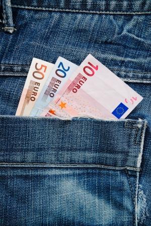 banconote euro: Le banconote in euro in tasca dei jeans blu pantaloni.