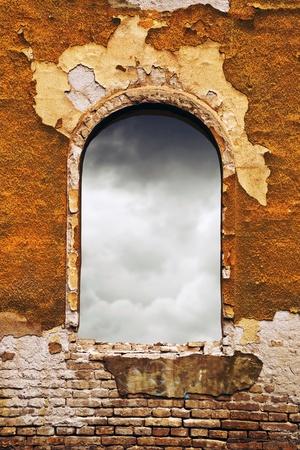 suspenso: Las nubes oscuras a través de una antigua ventana obsoleto
