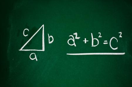 teorema: Teorema de Pit?goras dibujado con tiza blanca sobre una pizarra