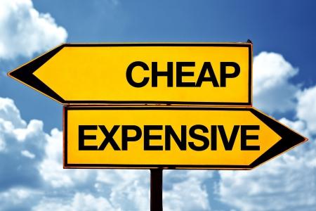安上がりか高価、反対に署名します。青空背景に 2 つの反対の兆候。