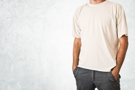 uomo alto: Slim alto che propone in t-shirt bianca vuota