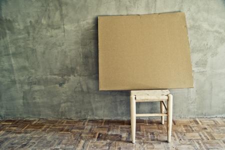 muebles antiguos: Silla vieja de la vendimia y el cartón vacío en el interior sucia. La soledad, la alienación, el concepto de alienación. Foto de archivo