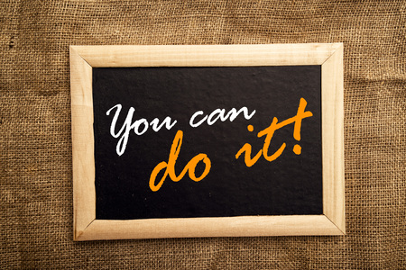 you can: Usted puede hacerlo, motivaci�n messsage en blackbaord. Foto de archivo