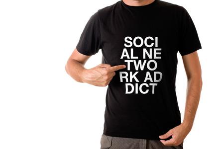 uomo alto: Slim uomo alto che propone in maglietta nera con il titolo SOCIAL NETWORK ADDICT