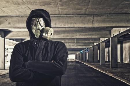 mascara gas: Hombre con máscara de gas en el garaje público