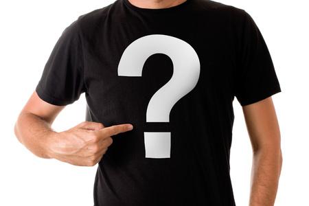 uomo alto: Slim uomo alto che propone in maglietta nera con il punto interrogativo