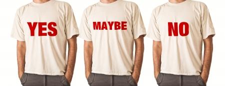 uomo alto: Slim uomo alto posa in t-shirt bianca con il titolo SI, FORSE, NO