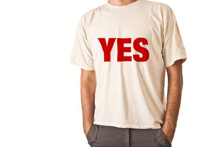 uomo alto: Slim uomo alto posa in t-shirt bianca con il titolo SI