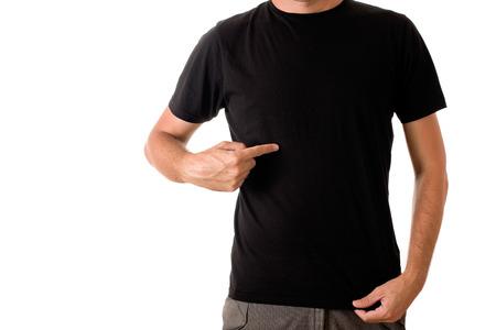 uomo alto: Slim uomo alto in posa in bianco t-shirt nera Archivio Fotografico