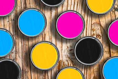 tin cans: Metalen blikjes met vier proces CMYK-kleuren. Grafische industrie conceptuele achtergrond.