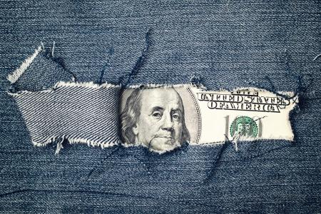 jeans texture: Cien d�lares de cuenta a trav�s de pantalones de mezclilla rasgado textura. Concepto de la econom�a estadounidense. Foto de archivo