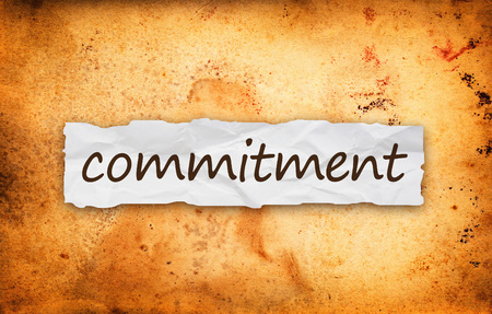 Commitment titel op stuk verfrommeld oud papier
