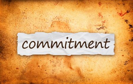 commitment: T�tulo de compromiso sobre el pedazo de papel viejo arrugado