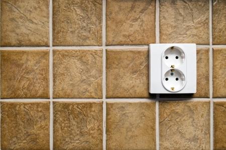 energia electrica: Toma de corriente el�ctrica de doble pared de la cocina con azulejos de cer�mica de color beige
