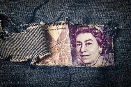 jeans texture: Veinte libras de facturas a trav�s de pantalones de mezclilla rotos textura concepto de la econom�a brit�nica