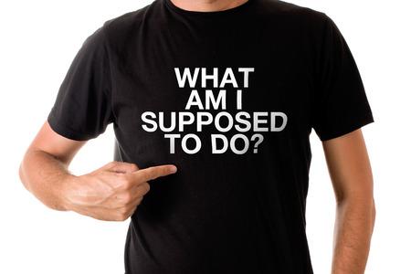 uomo alto: Slim uomo alto posa in t-shirt nera con il titolo Che cosa dovrei FARE