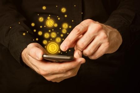 Hand houden van slimme telefoon mobiele met bitcoin valuta symbool