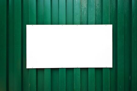 leeg bord: Leeg bord op groene metalen wand, kopiëren ruimte