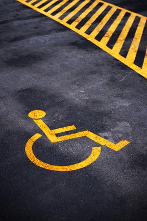 personne handicap�e: Handicap�s parking permis marque, symbole de la circulation sur la route goudronn�e Banque d'images