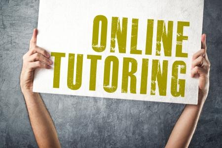 educating: Hombre que sostiene el cartel con el t�tulo de tutor�a en l�nea, imagen conceptual