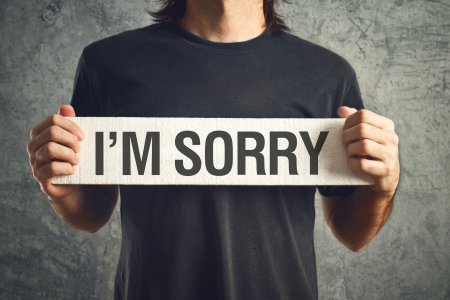 男私はホワイト ボードに申し訳メッセージを保持しています。後悔の概念。 写真素材