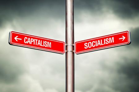 資本主義または社会主義概念。道路標識は反対の方向を指しています。間を選択します。