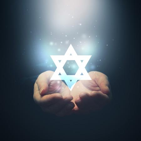 女性の手に光と David を開く