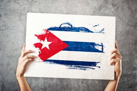 bandera cuba: Bandera de Cuba. Hombre que sostiene la bandera con la bandera cubana. Apoyo a la selecci�n nacional, el concepto de patriotismo.