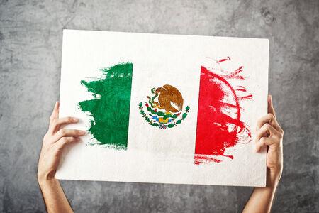 bandera de mexico: M�xico indicador Hombre que sostiene la bandera con la bandera mexicana Apoyando equipo nacional, concepto patriotismo