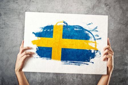 bandera de suecia: Suecia bandera hombre que sostiene la bandera con la bandera sueca de apoyo del equipo nacional, el concepto de patriotismo