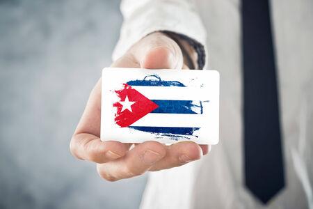 bandera cuba: El hombre de negocios cubano la tarjeta de visita con la cooperaci�n Cuba bandera internacional, inversiones, oportunidades de negocios concepto