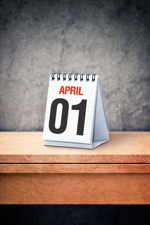 kalendarz: Jest kwiecień pierwszy dzień w primaaprilisowy w kalendarzu tabeli Zdjęcie Seryjne