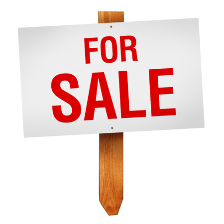 Zum Verkauf Zeichen auf Holzpfosten auf weißem Hintergrund