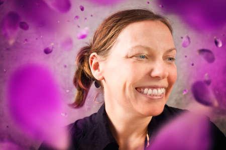 花びら: 花の花びらに笑顔の女性。春のシーズン。
