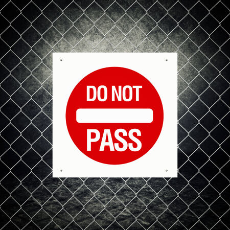 no pase: Muestra de la precaución - No pase por cerca de alambre Foto de archivo