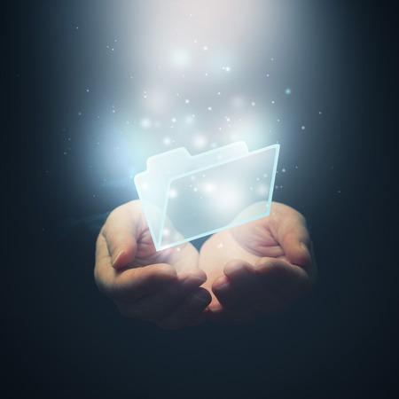 mains ouvertes: Ouvrez les mains avec le dossier de fichier de document de fichier. T�l�chargement d'un fichier notion. Mise au point s�lective.
