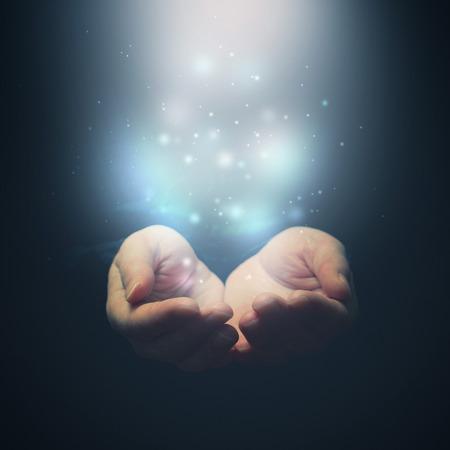 manos abiertas: Abra las manos con partículas mágicas. La celebración, dando, mostrando concepto. Selctive centran en los dedos.