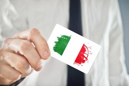 flaga włoch: Włoski biznesmen gospodarstwa wizytówkę z Włochy Flag. Współpraca międzynarodowa, inwestycje, koncepcja możliwości biznesowych.