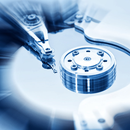 disco duro: Unidad de disco duro de la computadora en el interior. Concepto de seguridad de datos.