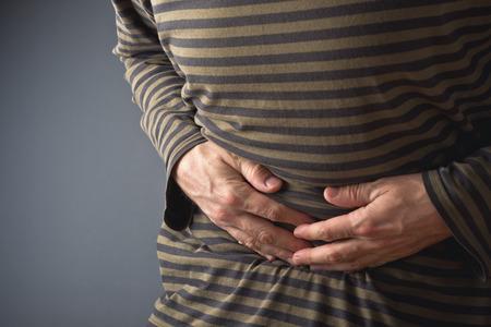 abdominal pain: Dolore addominale uomo che soffre di mal di stomaco Egli detiene il suo stomaco e si � fatto male