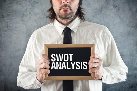 swot analysis: Empresario la celebraci�n de la pizarra con el t�tulo AN�LISIS DAFO. Concepto analising negocios.