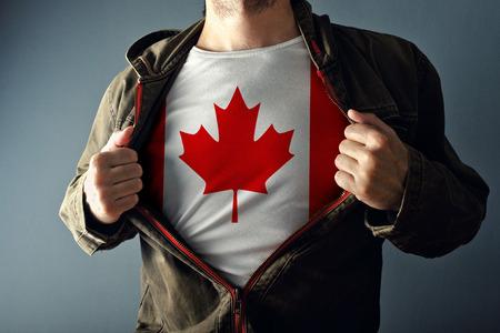 인쇄 된 캐나다 국기와 함께 셔츠를 공개하는 재킷을 스트레칭하는 사람 (남자). 애국심과 국가 대표팀의 개념 지원.