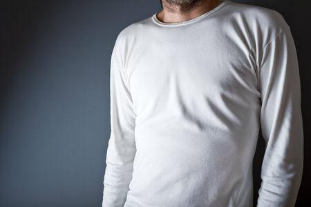 uomo alto: Slim uomo alto in posa in bianco t-shirt bianca come copia spazio per il testo o disegno.