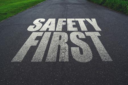señales de seguridad: La seguridad ante todo, un mensaje en la carretera. Concepto de conducción segura y la prevención de accidentes de tráfico. Foto de archivo