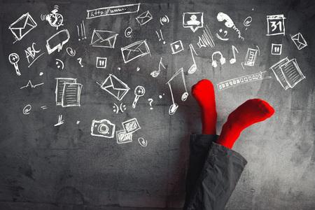 musicoterapia: Gambe fino al muro, mettendo i piedi. Uomo che indossa calze rosse in posa yoga rilassante con le gambe sul muro e varie icone di doodle di svago e divertimento